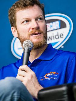 Persconferentie van de Nationwide Series en Camping World Truck Series: teameigenaar Dale Earnhardt