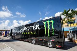 NASCAR Nationwide vrachtwagens komen de paddock binnen