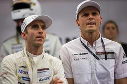 Timo Bernhard et Marc Lieb regardent les qualifications LMGTE