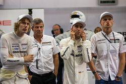 Timo Bernhard, Brendon Hartley en Marc Lieb bekijken de LMGTE-kwalificatie