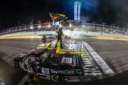 Matt Crafton fête son titre en NASCAR avec le vainqueur de la course Darrell Wallace Jr et Kyle Busch