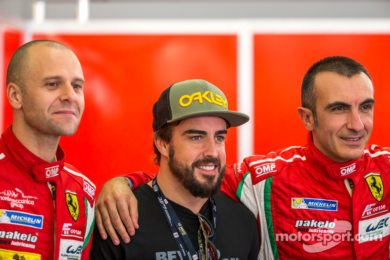 Gianmaria Bruni e Andrea Bertolini con Fernando Alonso