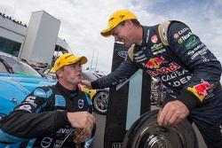 Il vincitore della gara Scott McLaughlin al volante della Volvo S60 del team Polestar Racing e Craig Lowndes del team Red Bull Holden