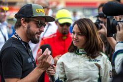 Fernando Alonso siendo entrevistado en la parrilla