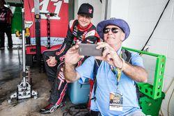 Kurt Busch, Stewart-Haas Racing Chevrolet with a fan
