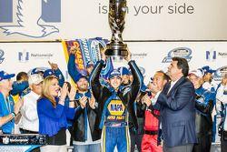 冠军的胜利巷:2014赛季纳斯卡全国系列赛冠军查斯·艾略特欢庆