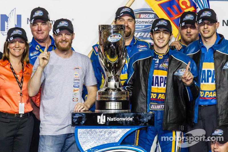 Şampiyona zafer çizgisi: NASCAR Nationwide Serisi 2014 şampiyonu Chase Elliott kutlama yapıyor ve Da