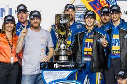 Kampioenschap victory lane: NASCAR Nationwide Series 2014 kampioen Chase Elliott viert feest met Dal