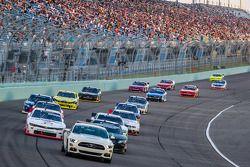 Le Pace Car mène le peloton