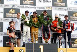 Podio, secondo Lucas Auer, Kfzteile24 Mücke Motorsport Dallara F312 Mercedes-HWA, 1 ° Felix Rosenqvi