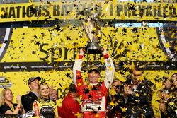 比赛获胜者和2014年冠军Kevin Harvick, Stewart-Haas雪佛兰车队,一起庆祝