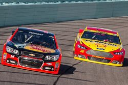 Tony Stewart, Stewart-Haas Racing Chevrolet et Joey Logano, Team Penske Ford