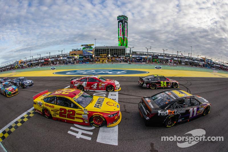 Restart: Jeff Gordon, Hendrick Motorsports Chevrolet, Denny Hamlin, Joe Gibbs Racing Toyota, Kevin H