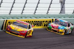 Joey Logano, Team Penske Ford et Kyle Busch, Joe Gibbs Racing Toyota