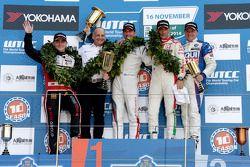 Il vincitore della gara Jose Maria Lopez , secondo posto per Norbert Michelisz e terzo posto per Gab