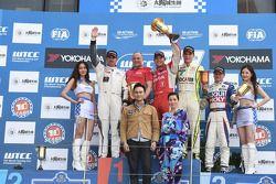 El ganador de la carrera 2 Robert Huff, LADA Granta 1.6T, LADA Sport, 2do Yvan Muller, Citroen C-El