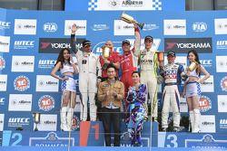 2. yarış kazananı Robert Huff, LADA Granta 1.6T, LADA Sport, İkinci Yvan Muller, Citroen C-Elysee WT