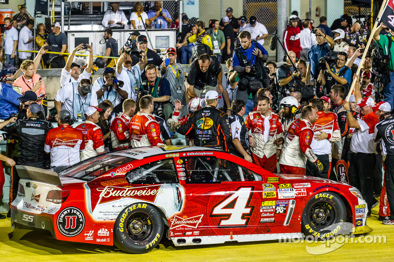 El ganador  y campeón de 2014 NASauto Sprint Cup series Kevin Harvick, Stewart-Haas Racing Chevrolet celebra