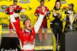Race winner and 2014 NASCAR Sprint Cup series champion Kevin Harvick, Stewart-Haas Racing Chevrolet