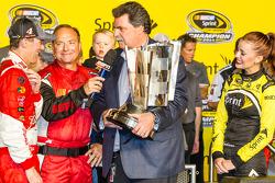 El ganador y campeón de 2014 NASauto Sprint Cup series Kevin Harvick, Stewart-Haas Racing Chevrolet accepta la Sprint Cup del presidente de NASauto, Mike Helton