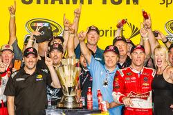 比赛获胜者和2014纳斯卡冲刺杯系列赛冠军 Kevin Harvick, Stewart-Haas雪佛兰车队,和Tony Stewart, DeLana Harvick和Gene Haas一起庆祝