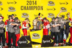 比赛获胜者和2014纳斯卡冲刺杯系列赛冠军 Kevin Harvick, Stewart-Haas雪佛兰车队,喷洒香槟,和车队一起庆祝