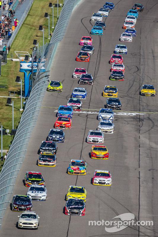 Jeff Gordon, Hendrick Motorsports Chevrolet e Kurt Busch, Stewart-Haas Chevrolet Racing, liderar o pelotão