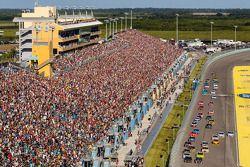 Start: Jeff Gordon, Hendrick Motorsports Chevrolet and Kurt Busch, Stewart-Haas Racing Chevrolet lea