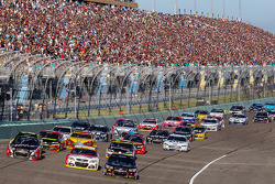 比赛重启: Jeff Gordon, Hendrick 雪佛兰车队, Kevin Harvick, Stewart-Haas雪佛兰车队,和Kurt Busch, Stewart-Haas雪佛兰车队,领