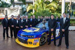 El piloto campeón de NASauto Nationwide Series, Chase Elliott con su jefe de equipo, Greg Ives y equ