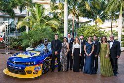 El campeón de NASauto Nationwide Series, Chase Elliott con los dueños Dale Earnhardt Jr., Kelley Ea