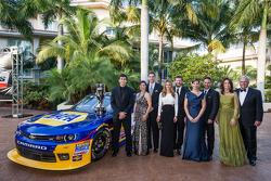 NASCAR Nationwide Series-kampioen Chase Elliott met eigenaars Dale Earnhardt Jr., Kelley Earnhardt,