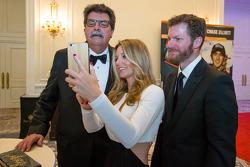El presidente de NASauto, Mike Helton con Dale Earnhardt Jr. y novia Amy Reimann