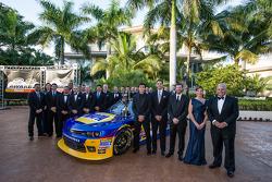 NASCAR Nationwide Series - Chase Elliott avec Dale Earnhardt Jr., Kelley Earnhardt, Rick Hendrick, crew chiefet Greg Ives