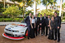 El dueño campeón de NASauto Nationwide Series, Roger Penske posa con los pilotos Brad Keselowski, Ry