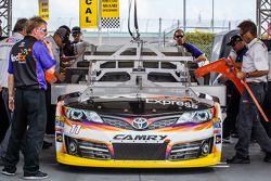 Coche de Denny Hamlin, Joe Gibbs Racing Toyota en la inspección técnica