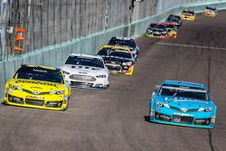 Matt Kenseth, Joe Gibbs Racing Toyota et J.J. Yeley, BK Racing Toyota