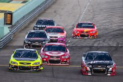 Paul Menard, Richard Childress Racing Chevrolet, Kyle Larson, Ganassi Racing Chevrolet et Kurt Busch