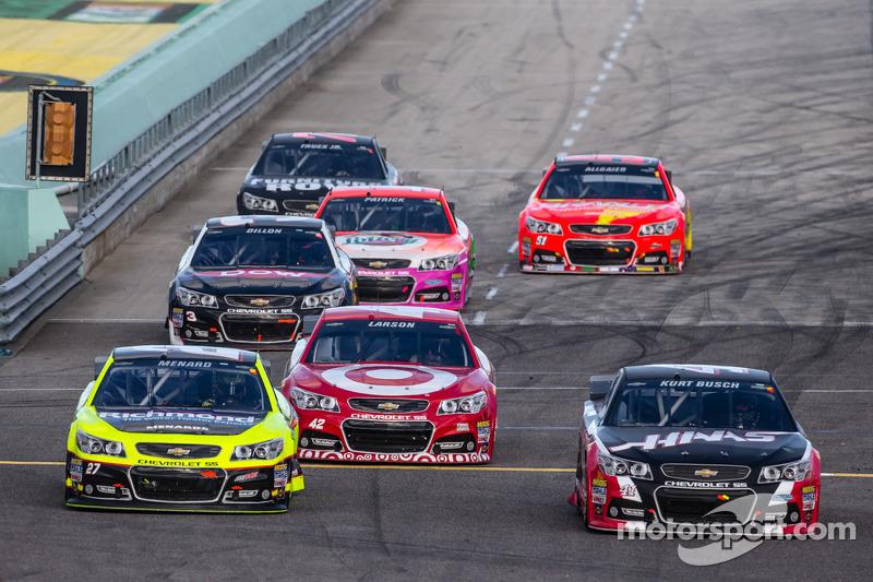 Paul Menard, Richard Childress Racing Chevrolet, Kyle Larson, Ganassi Racing Chevrolet et Kurt Busch