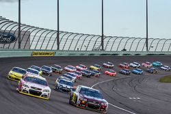 Jeff Gordon, Hendrick Motorsports Chevrolet and Kevin Harvick, Stewart-Haas Racing Chevrolet