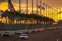 Jamie McMurray, Ganassi Racing Chevrolet et Blake Koch, FAS Lane Racing Ford