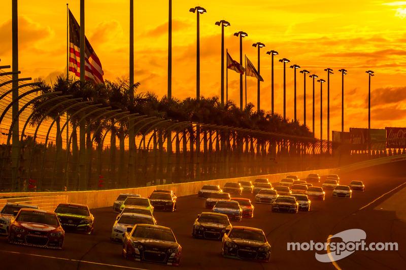 Kyle Larson, Ganassi Racing Chevrolet et Kurt Busch, Stewart-Haas Racing Chevrolet