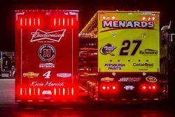 斯图亚特-哈斯雪佛兰车队的凯文·哈维克的货柜车和理查德·柴德里斯雪佛兰车队的保罗·梅纳德的货柜车
