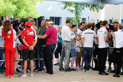 (I a D): Fernando Alonso, Ferrari; Nico Rosberg, Mercedes AMG F1 y Jenson Button, McLaren, con los medios