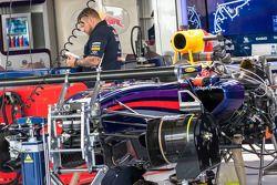 Red Bull Racing RB10 preparata nei box