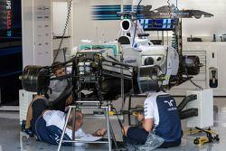 Williams FW36 wordt geprepareerd in de pits