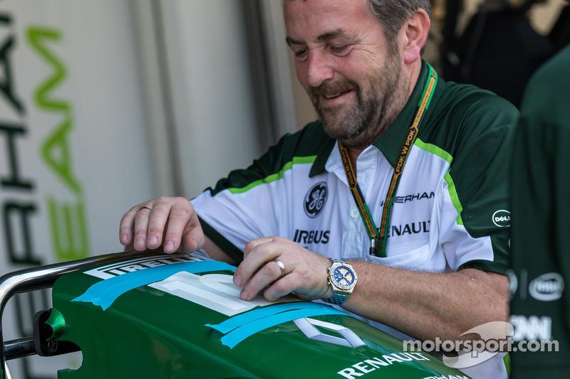 Mecánico del Caterham F1 Team prepara el Caterham CT05