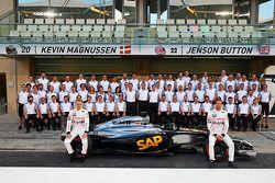 (Da sinistra a destra): Kevin Magnussen, McLaren e il compagno di squadra Jenson Button, McLaren in una foto di squadra