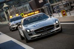 国际汽联安全车驾驶员本·梅兰德与国际汽联医疗车驾驶员艾伦·范·德·莫维离开维修站
