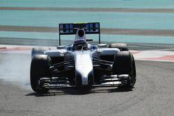 Valtteri Bottas, Williams FW36 frenleme altında lastiklerini kilitliyor